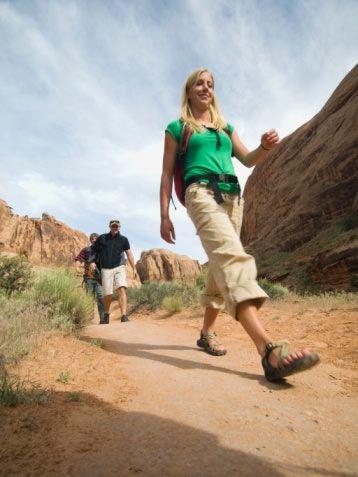 1.hafta: Normal yürüyüş  Tempo: Önce yürüyüş tekniğini öğrenmek için alıştırma yapın. İlk gün 10 dakika boyunca rahat adımlarla yürüyün (dakikada yaklaşık 125 adım). Diğer günler, yarım saate ulaşıncaya dek, yürüyüş süresini her gün 4 dakika artırın. Eğer nabzınızla ilgili bir sorun yaşamıyorsanız, yürüyüşe ilk günden itibaren 30 dakikayla başlayabilirsiniz. Yürüyüş için mümkün olduğunca düz bir alan bulmaya çalışın. Örneğin, bir park ya da deniz kenarı olabilir.  Önemi: Yürüyüş sırasında bilinçli olarak diyaframdan derin derin nefes alın ve verin. (3-4 adımda nefes alın; diğer 3-4 adımda ise nefes verin.) Yürüyüş sırasında nefes alma tekniğine uyup uymadığınızı da sık sık kontrol edin.